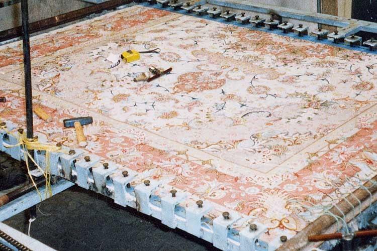 Restauro tappeti Milano tecnica di tiratura per eliminare ondulazioni